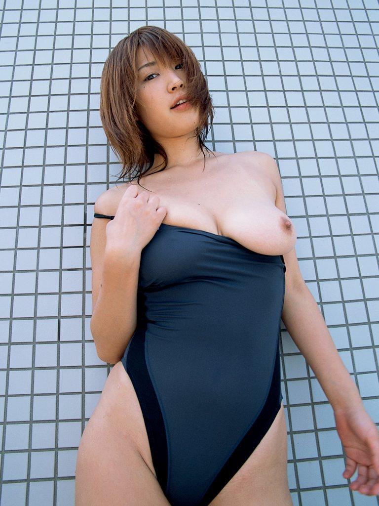 タイトな競泳水着から乳房を露出させる女の子 (3)