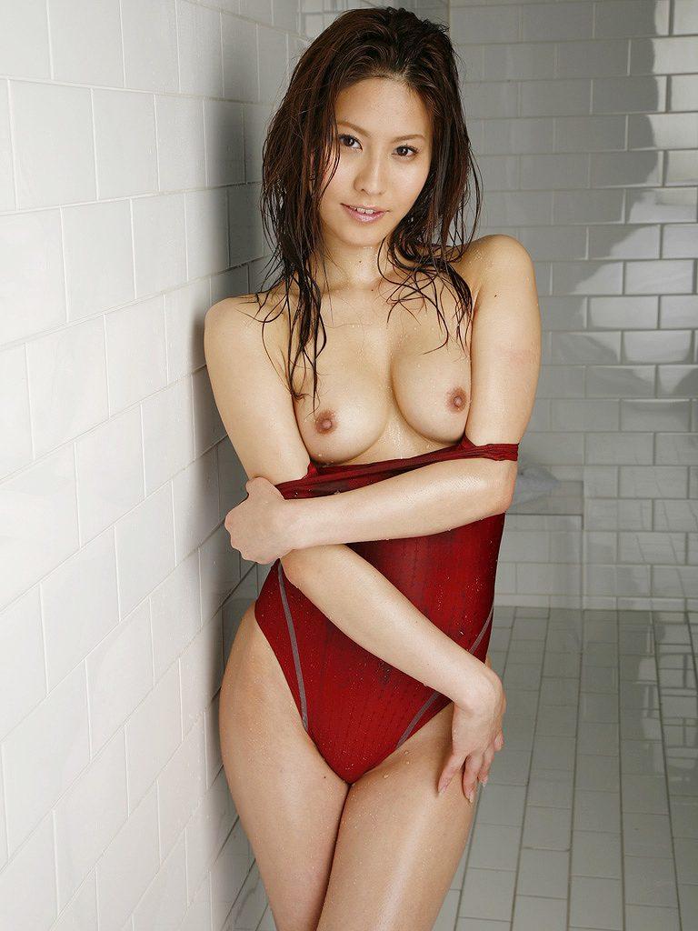 タイトな競泳水着から乳房を露出させる女の子 (14)