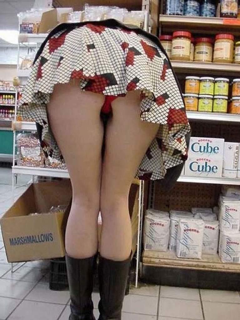 スカートが短すぎてパンツが見えまくり (5)