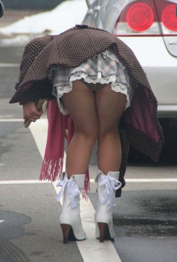 スカートが短すぎてパンツが見えまくり (15)