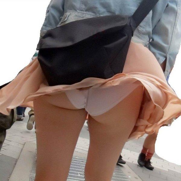 スカートが短すぎてパンツが見えまくり (1)