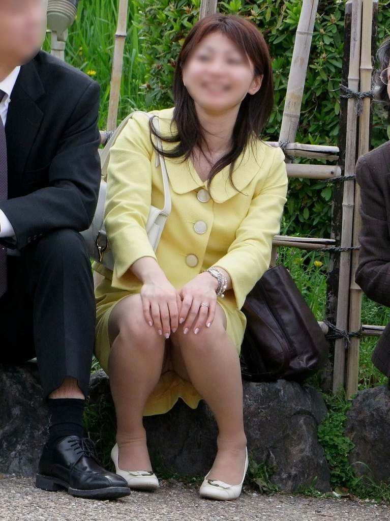 スーツのスカートから下着がチラ見え (16)