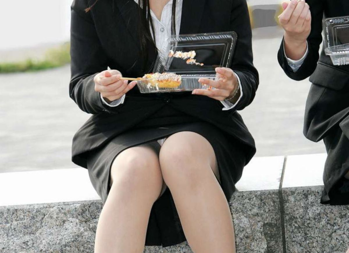 スーツのスカートから下着がチラ見え (5)