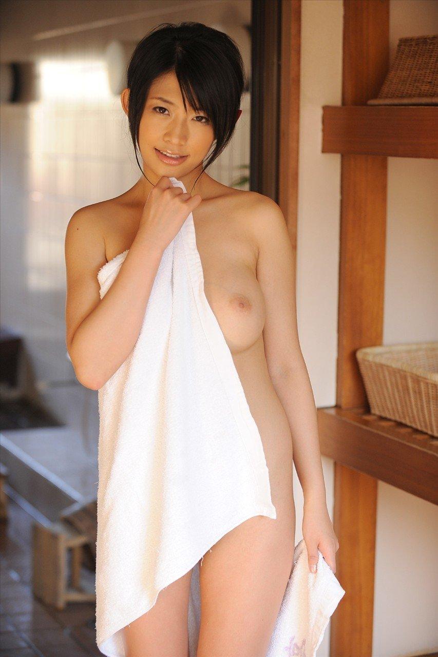裸にタオルだけの姿がセクシー (15)