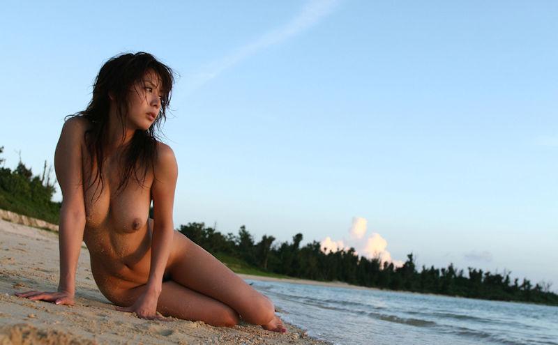 海辺で全裸になる女の子たち (7)