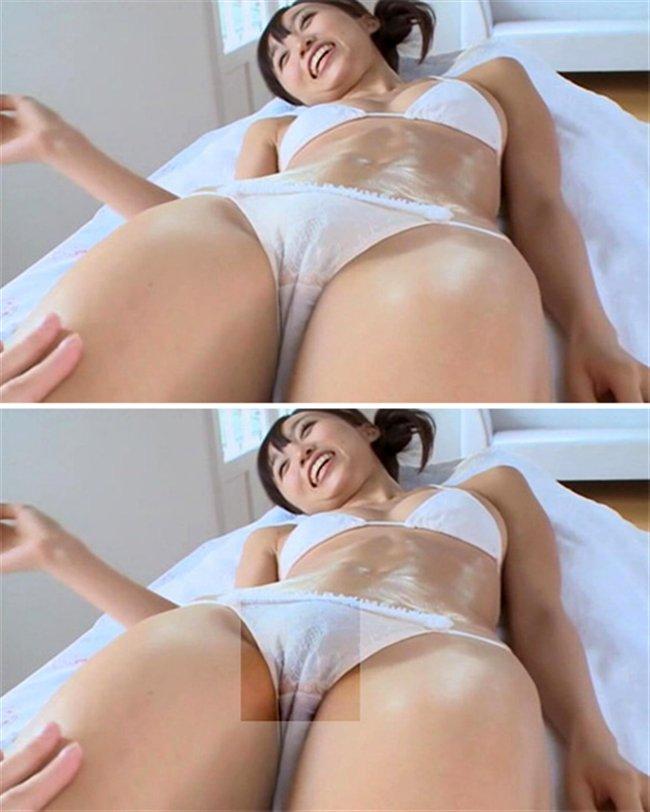 股間のスジがエロさを引き立たせる (19)