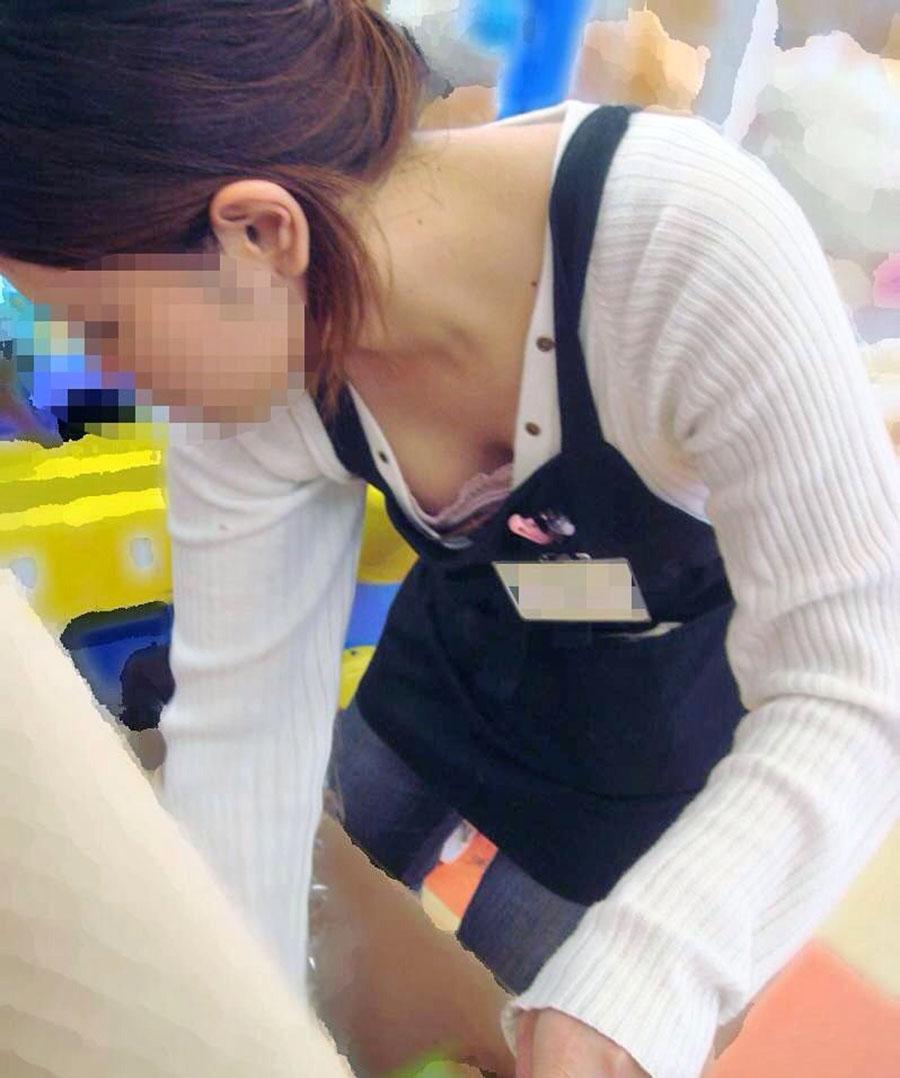 ショップ店員のオッパイが見えちゃった (4)