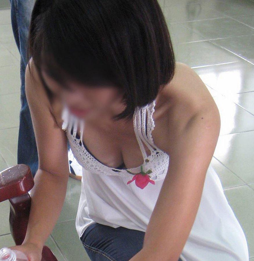 乳房がチラ見えしちゃった素人さん (18)