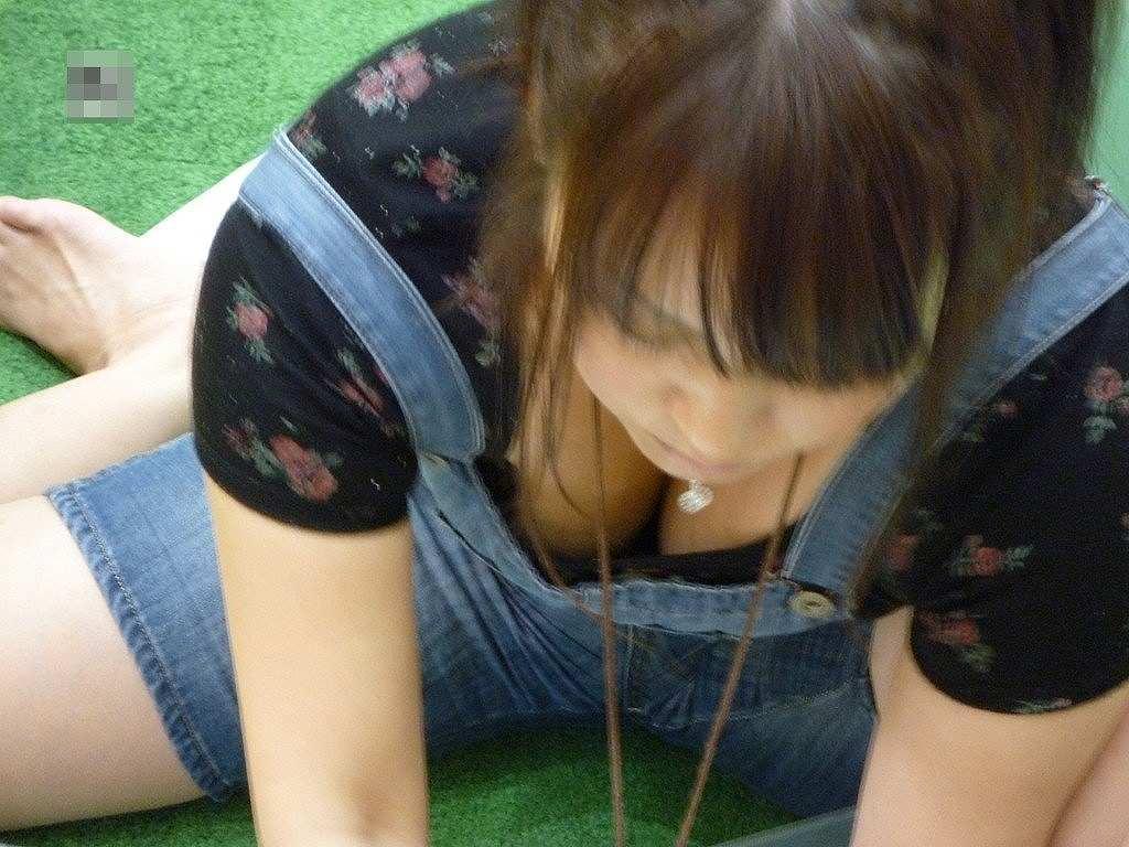 胸の谷間が丸見えになってる素人の女の子 (15)