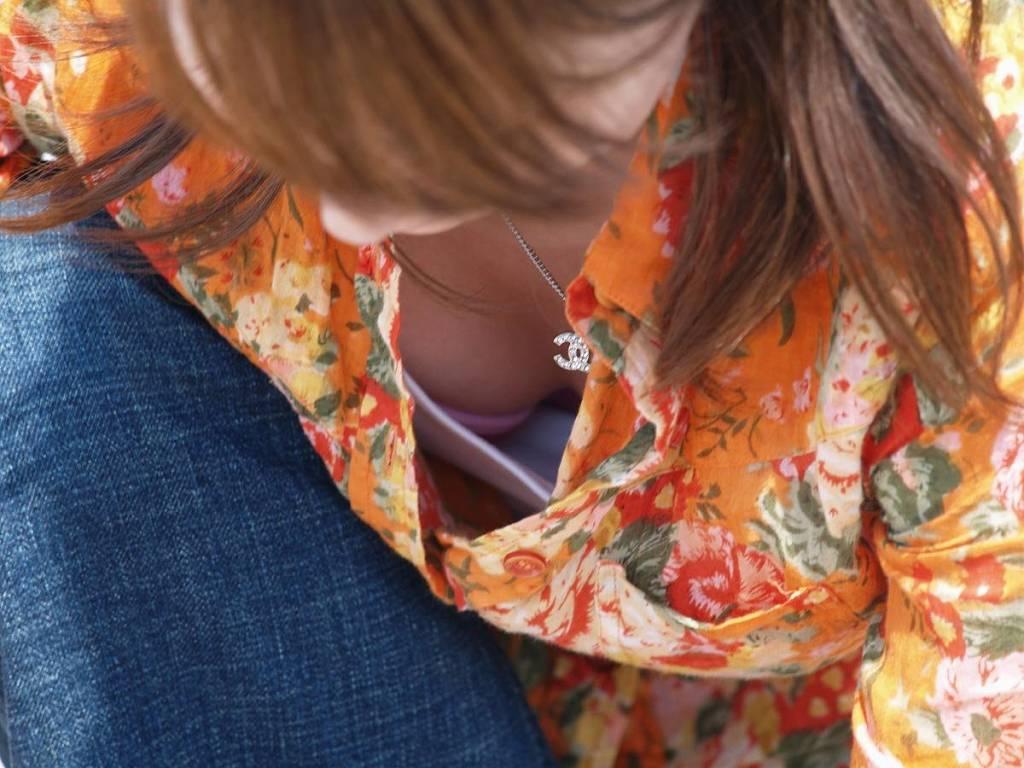 胸の谷間が丸見えになってる素人の女の子 (16)