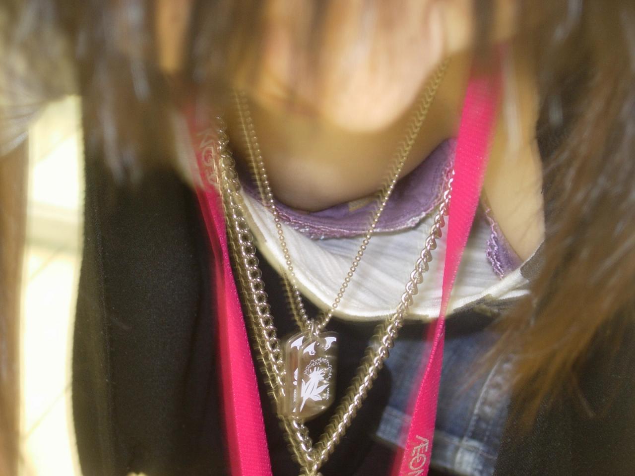 胸の谷間が丸見えになってる素人の女の子 (5)