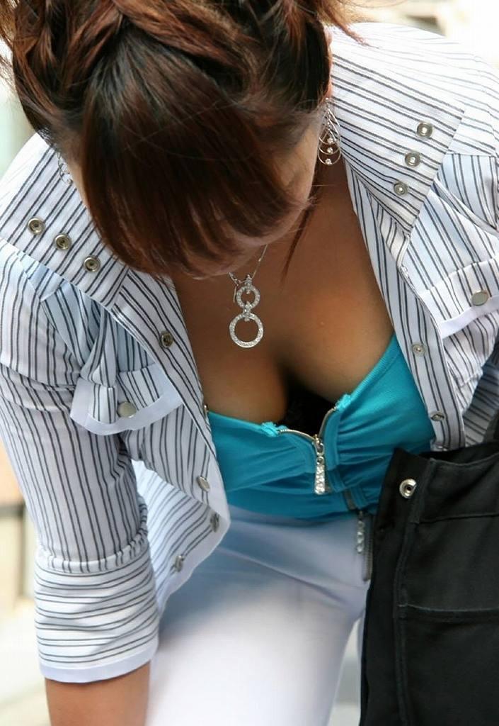 胸の谷間が丸見えになってる素人の女の子 (11)