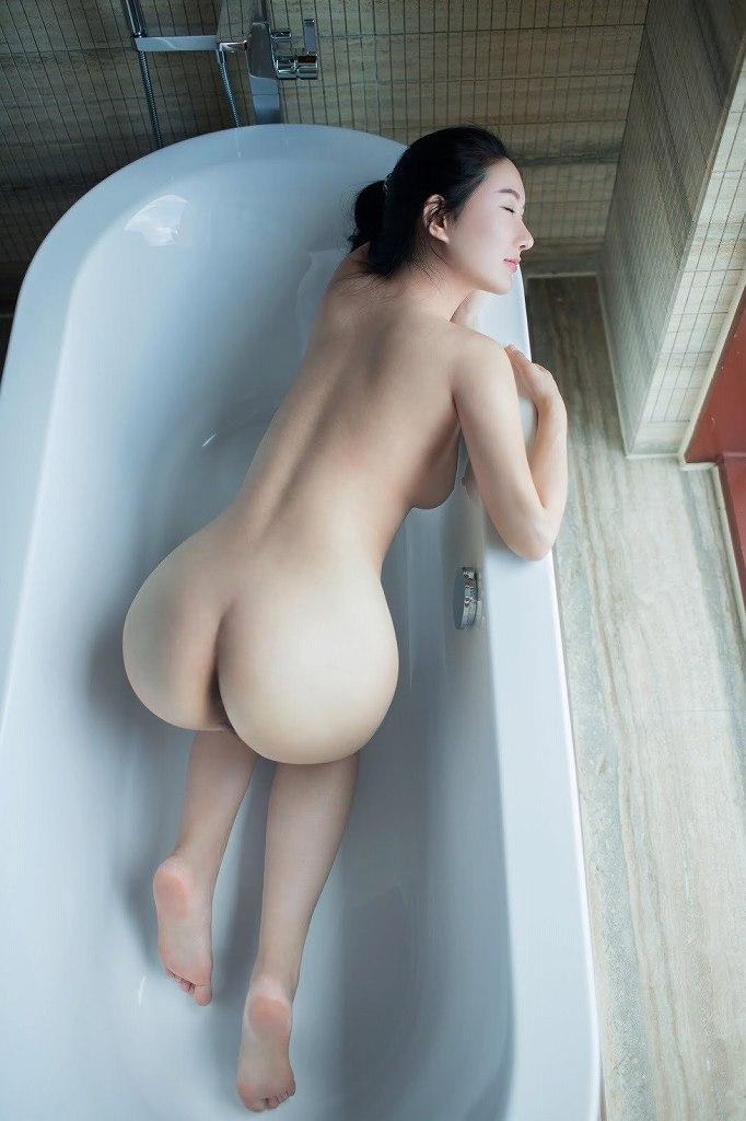 腰から尻にかけてのボディラインが美しい (16)