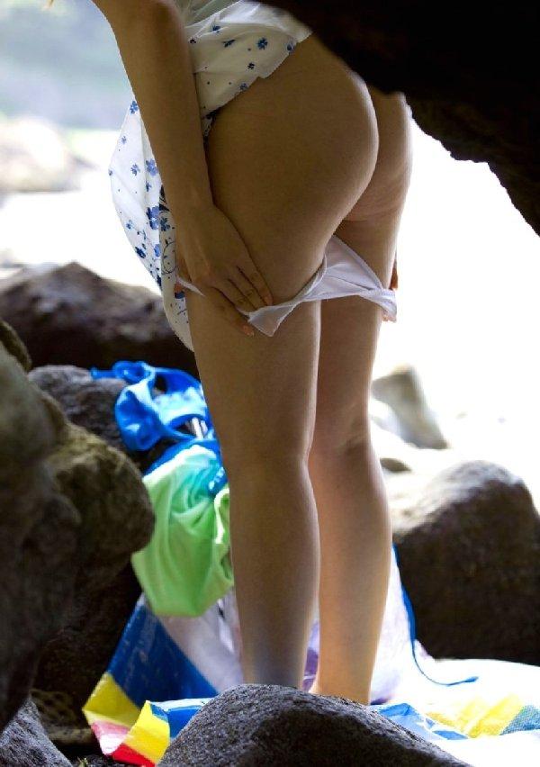 屋外で服を脱いで覗かれた女の子たち (14)