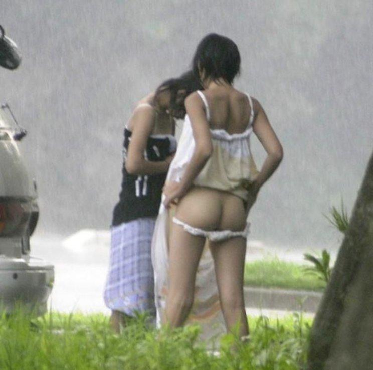 屋外で服を脱いで覗かれた女の子たち (11)
