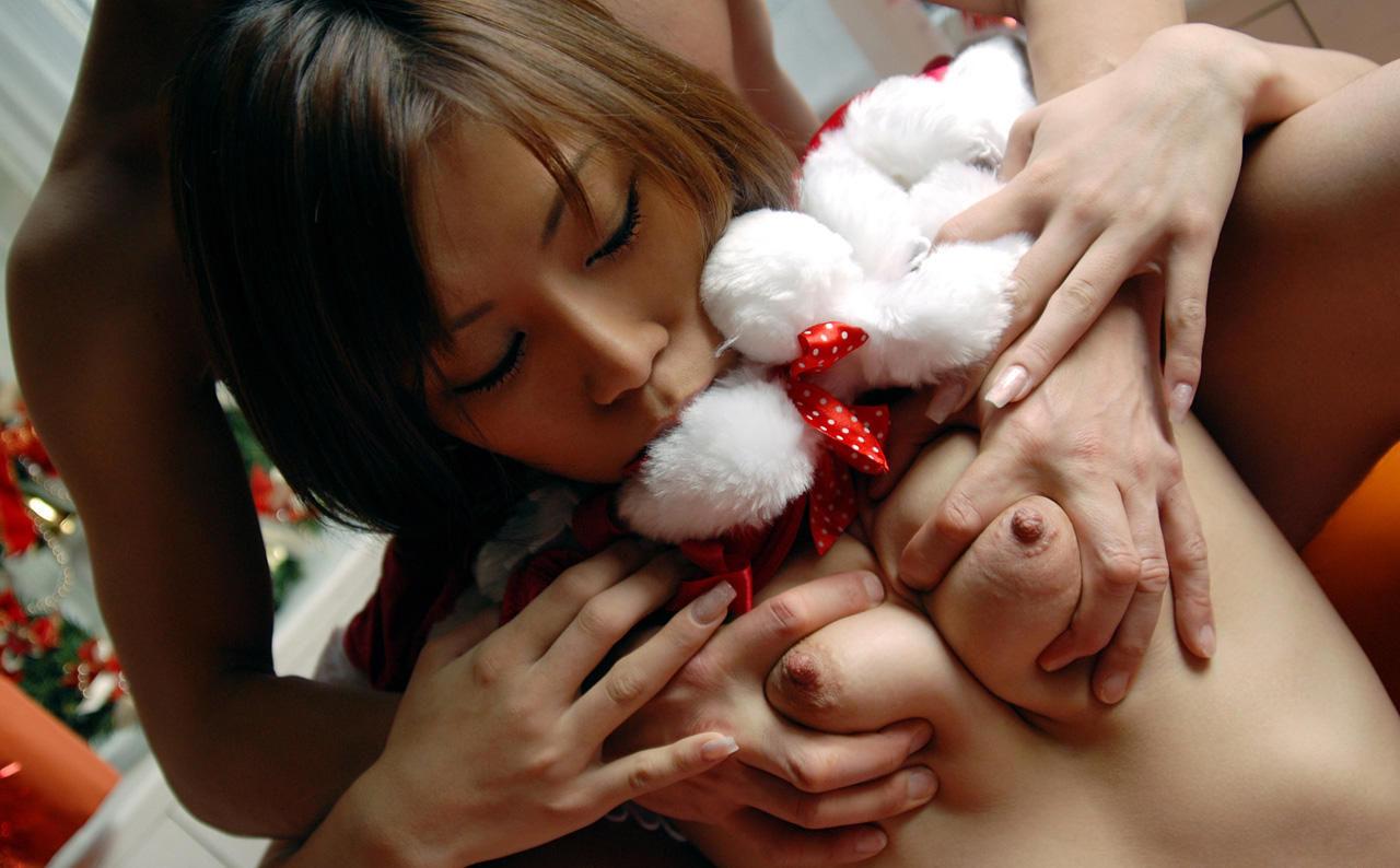 乳房を掴んで揉まれてる女の子 (4)