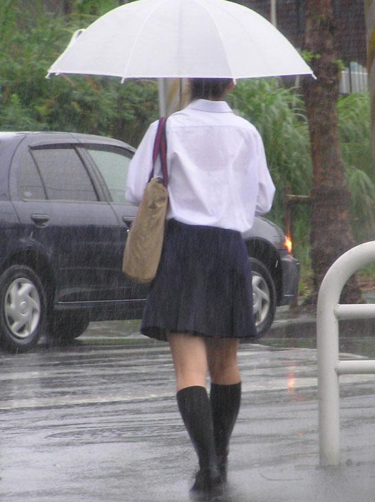 制服が濡れてブラジャーがスケスケ (6)