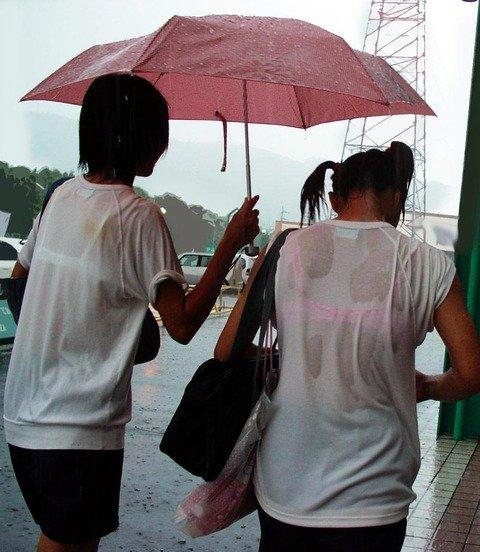 制服が濡れてブラジャーがスケスケ (1)