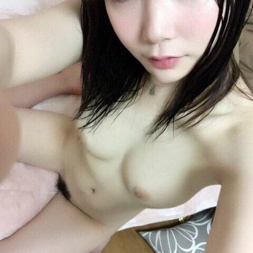 【自撮りエロ画像】ヌードになった素人娘たちが自撮りしてネットに公開