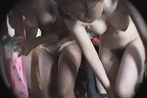 銭湯で脱衣して裸になる素人さん (16)