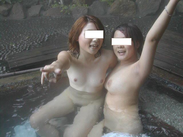 露天風呂で真っ裸のままポーズ (2)
