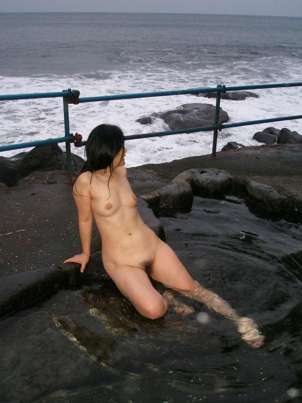 露天風呂で真っ裸のままポーズ (10)