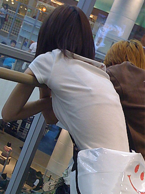 薄い洋服から下着が透けまくり (4)