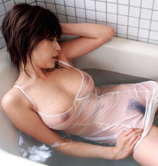 【透け乳首エロ画像】着衣なのに乳首が透けまくりなスケスケ娘たち