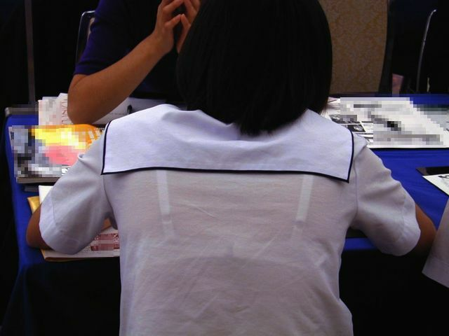 白いブラウスから下着が透けてる (8)