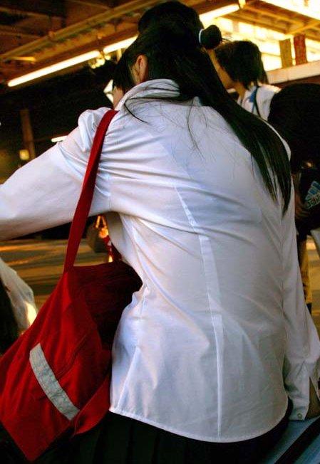 白いブラウスから下着が透けてる (10)