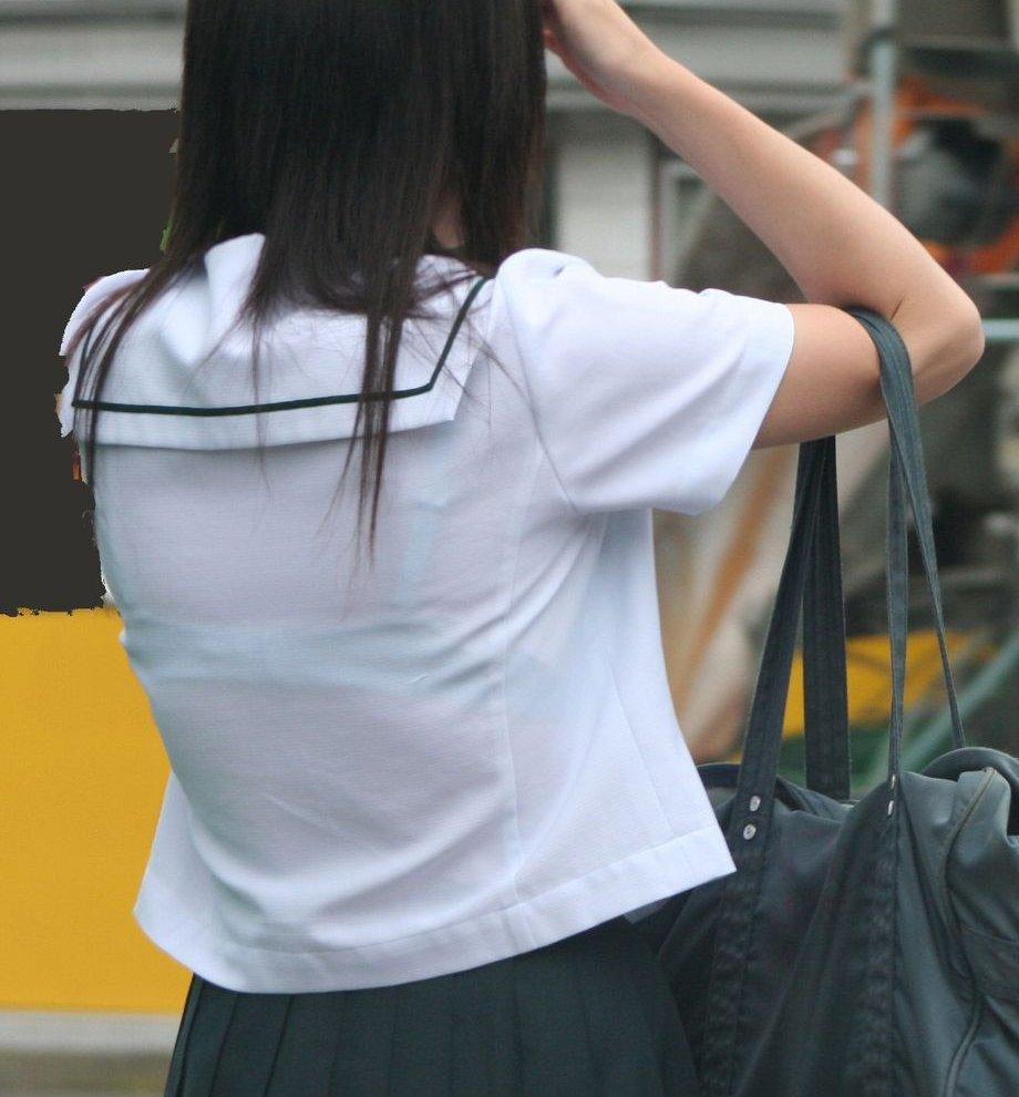 女子高生たちの制服から透けて見えるブラを街撮り