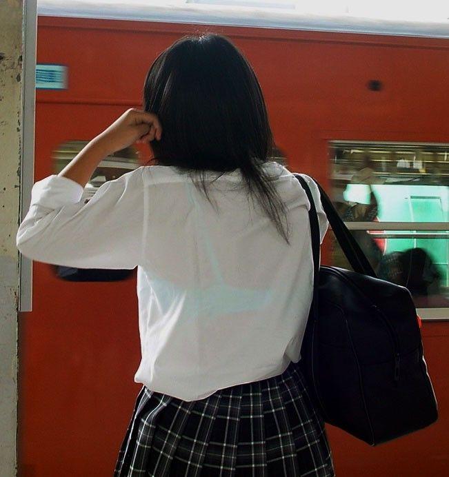 白いブラウスから下着が透けてる (4)