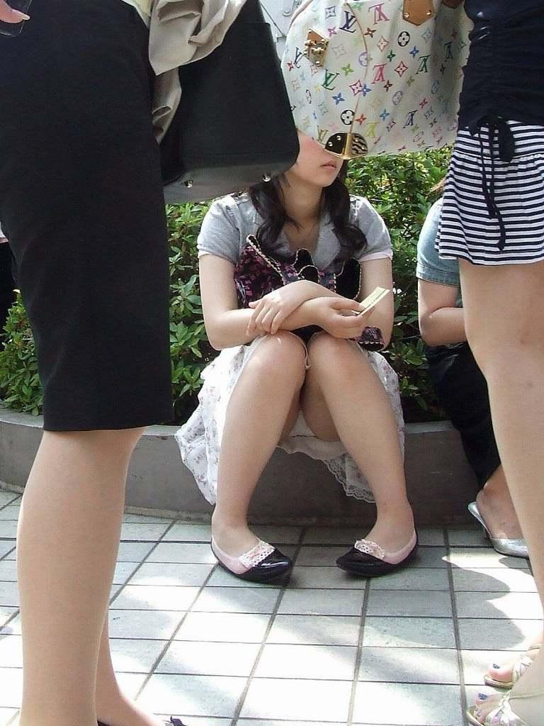 短いスカートからパンツがチラリ (15)