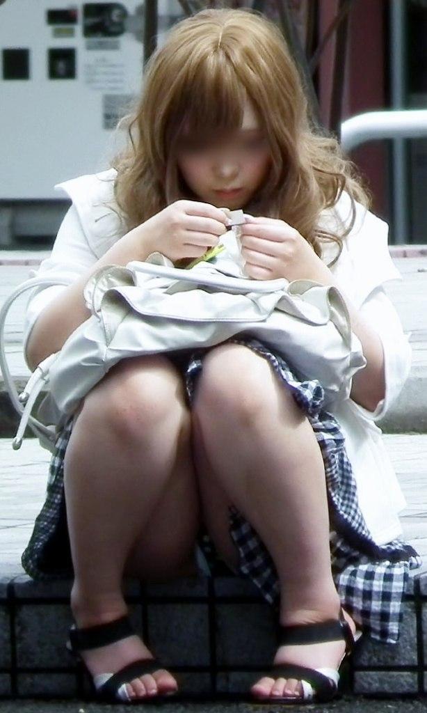短いスカートからパンツがチラリ (3)