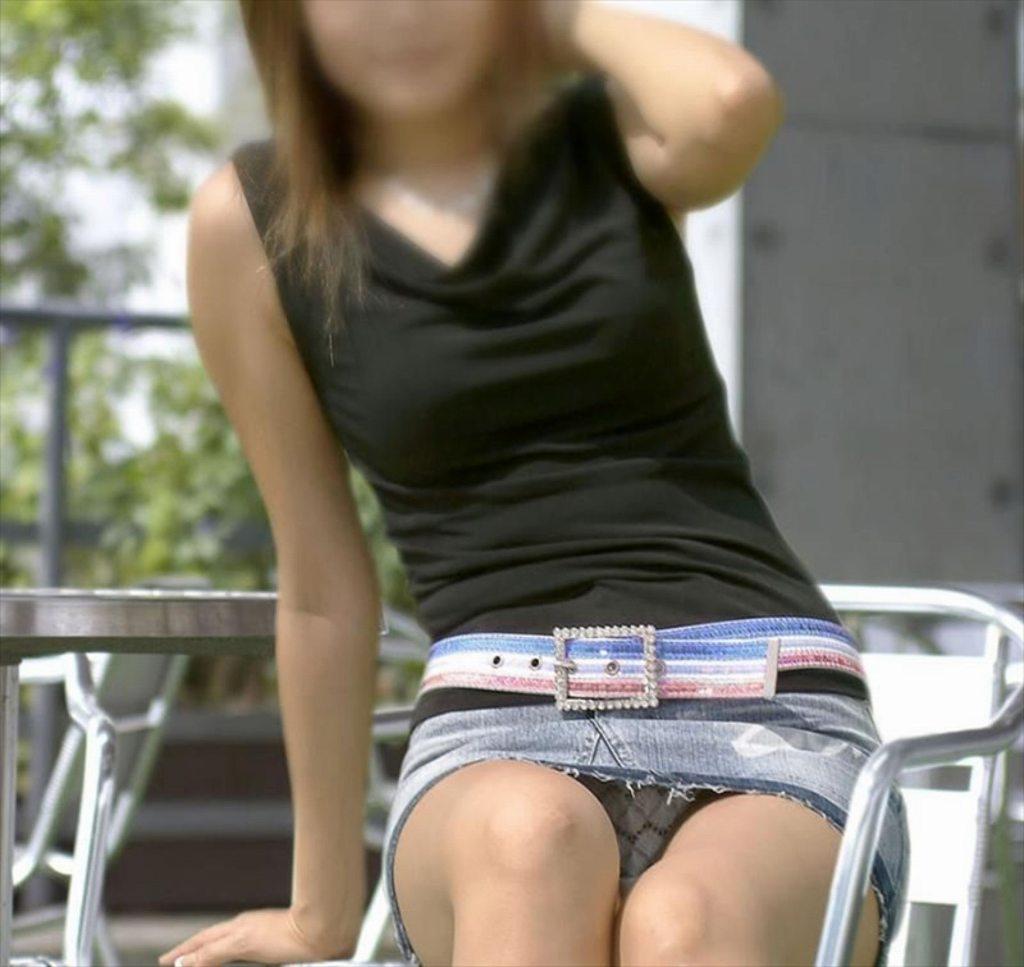 座ったらパンツが見えちゃった素人さん (3)
