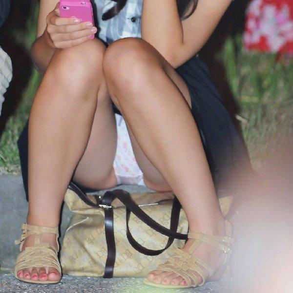 【パンチラ エロ画像】スカートを穿いて座るとパンツ丸見えな素人女性たち