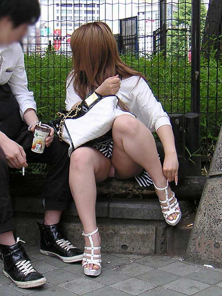 座ったらパンツが見えちゃった素人さん (4)