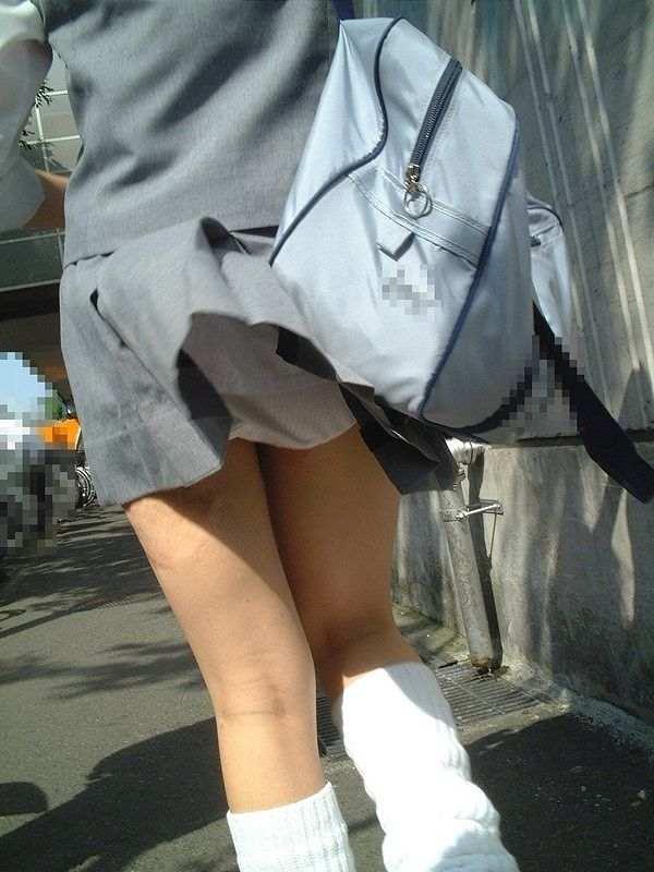 強風で捲れたスカートから下着が丸見え (7)