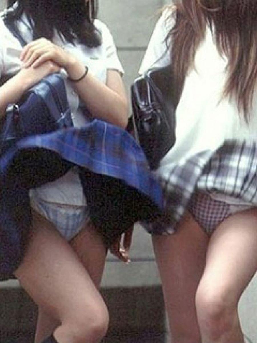 強風で捲れたスカートから下着が丸見え (17)