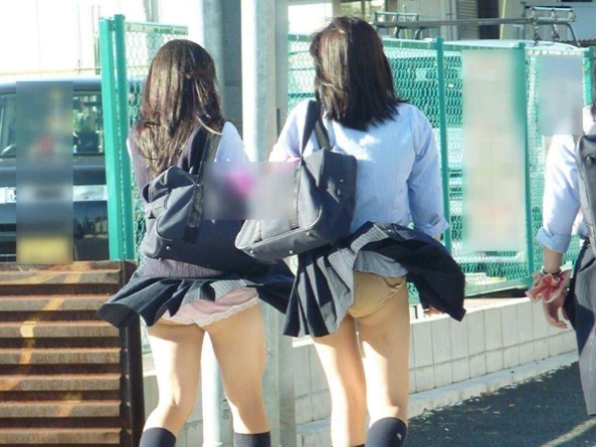 強風で捲れたスカートから下着が丸見え (12)