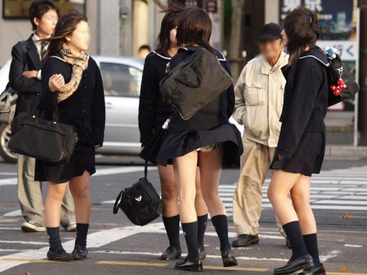 強風で捲れたスカートから下着が丸見え (15)