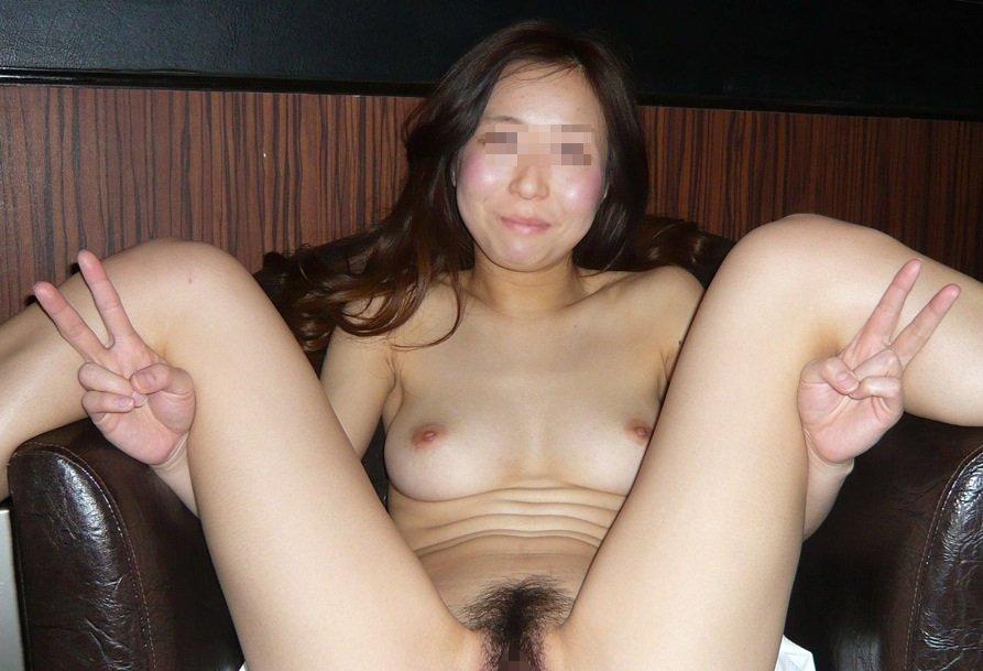 ラブホテルで素っ裸の姿を撮られた女の子 (8)