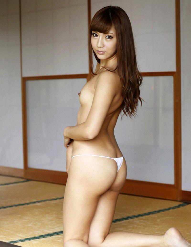 引き締まった大きなヒップが魅力的な女の子 (2)