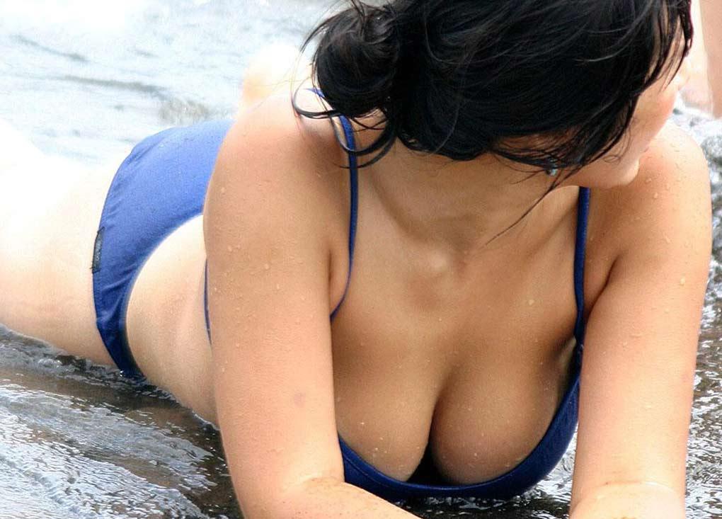 小さな水着からデカい乳房が溢れそう (2)