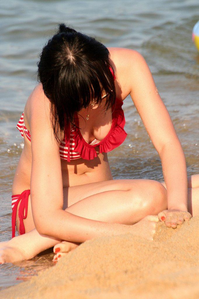 小さな水着からデカい乳房が溢れそう (12)