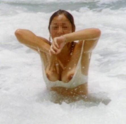 ビーチで遊んでる素人さんの乳首が見えちゃった (7)