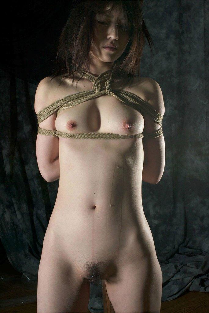 縄で縛られたヌードの女の子たち (15)