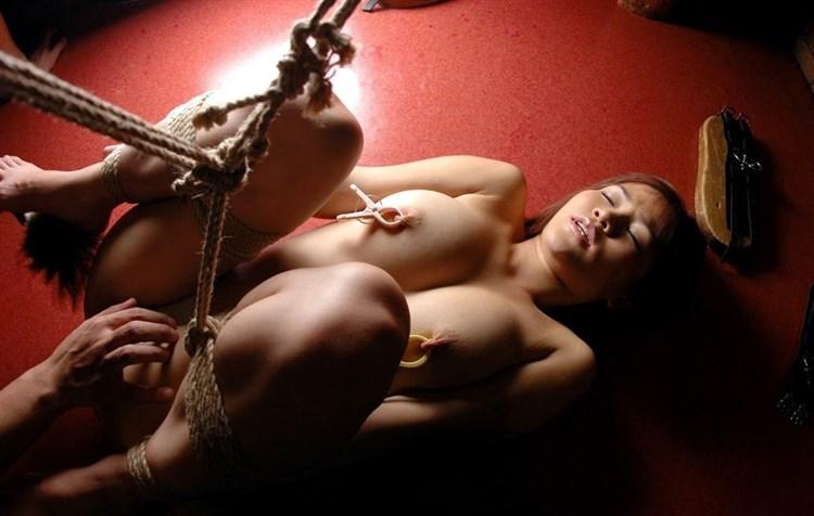 縄で縛られたヌードの女の子たち (6)