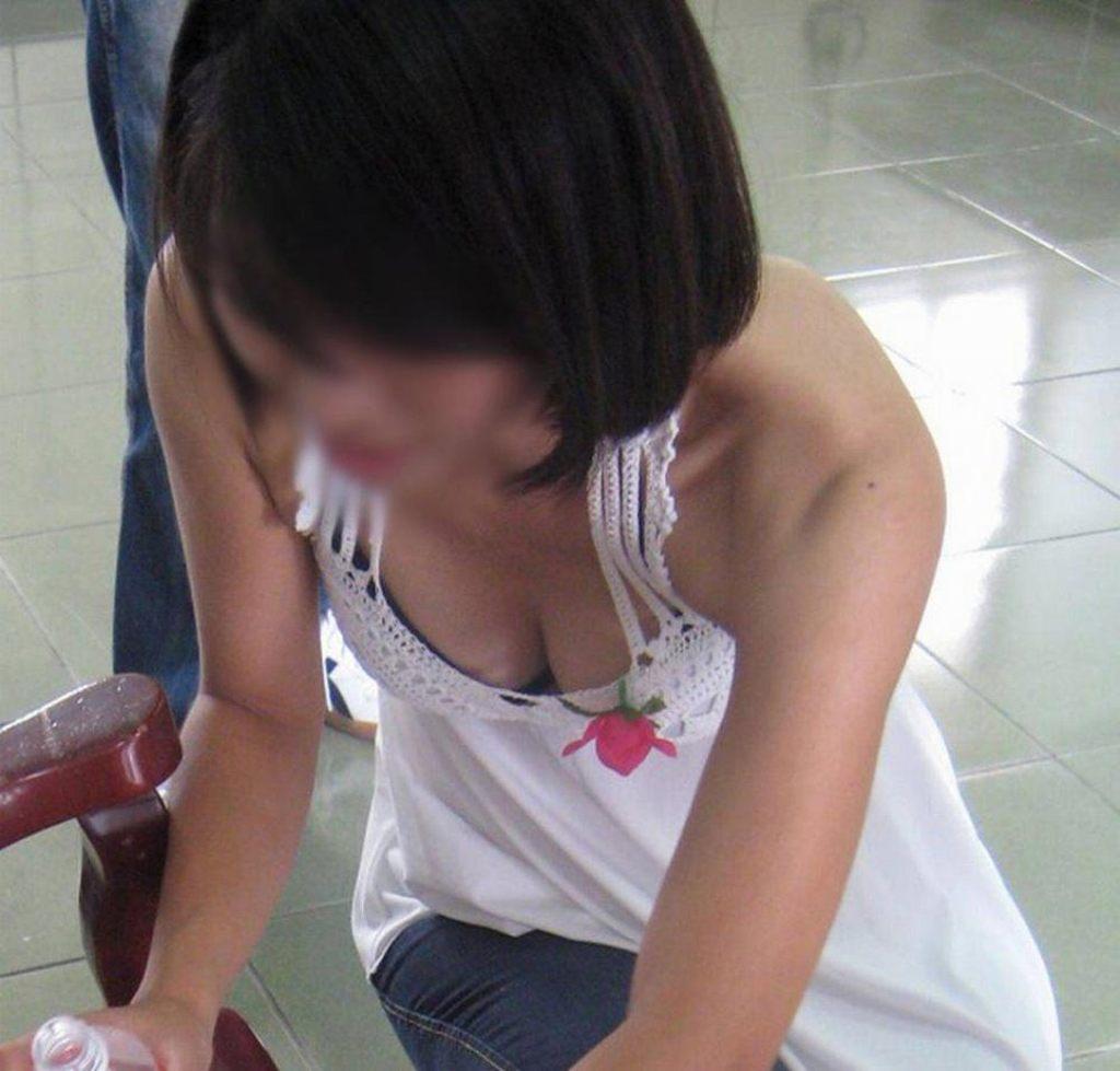 乳房がチラチラ見えてる女の子 (13)