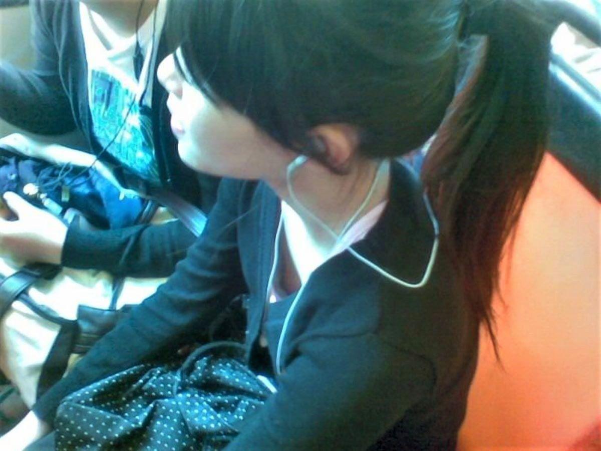 おっぱいチラチラ見えている女の子 (11)